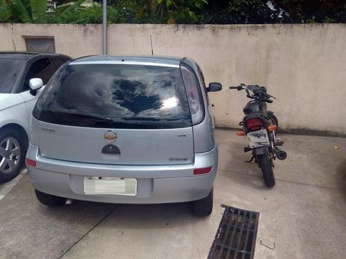 Segundo a polícia, homem abordou mulher na Praça da Liberdade, a obrigou a entrar no carro (cinza) e a levou até o local do crime, em Petrópolis, no RJ (Foto: Divulgação/Polícia Civil)